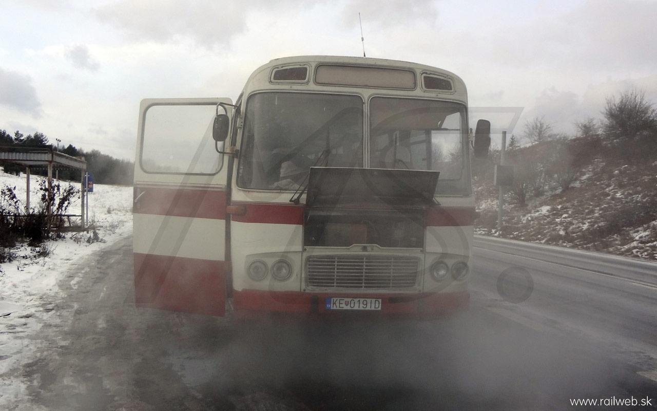 12/2012 - Pri prejazde priesmykom Soroška sa však ukázal dôvod, prečo je okolie vyrovnávacej nádrže od chladiacej kvapaliny. Na vrchole kopca nám chladiaca zmes začala vrieť. Zrejme je nepriechodný termostat. Našťastie spolu s cestou klesala aj teplota vody a domov sme došli už úplne bez problémov.
