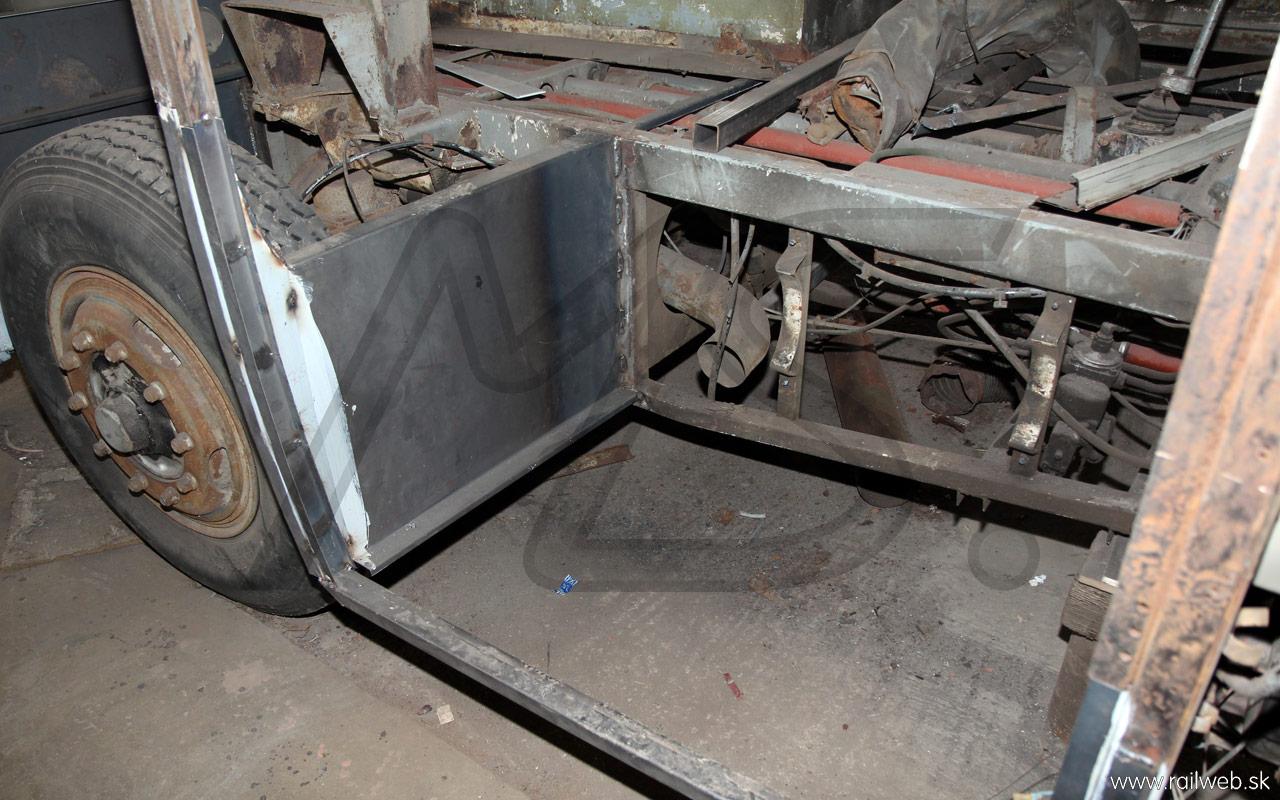 02/2013 - Predné schody stihol rovnaký osud, ako tie zadné. Hoci sa na prvý pohľad predné schody javili byť ešte v poriadku, po ich demontáži sa ukázalo, že sú zo spodnej strany úplne prehrdzavené a tak je jedinou možnosťou ich výroba nanovo.