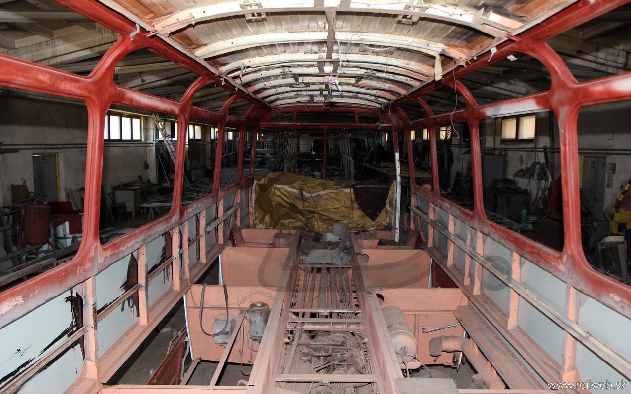 04/2013 - Po namontovaní strechy boli bočnice potiahnuté úplne novým oceľovým plechom, ktorý je už od výrobcu z oboch strán ošetrený proti korózii.