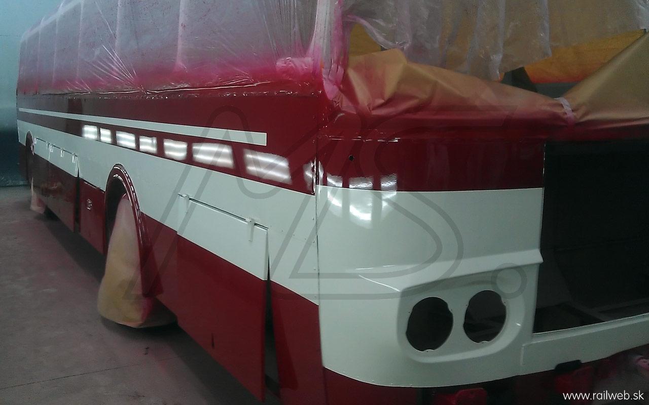 09/2013 - Čerstvo nalakovaný autobus ešte v striekacom boxe krátko po odstránení spodnej časti maskovania. Tak som sa konečne dočkal!