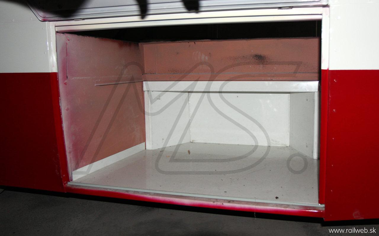 09/2013 - Na zábere vidno už oplechovanú bočnú schránku, do ktorej sa umiestni rezervné koleso s vozíkom a koľajničkami. Na oplechovanie bol z dôvodu dlhšej životnosti použitý poplastovaný plech.