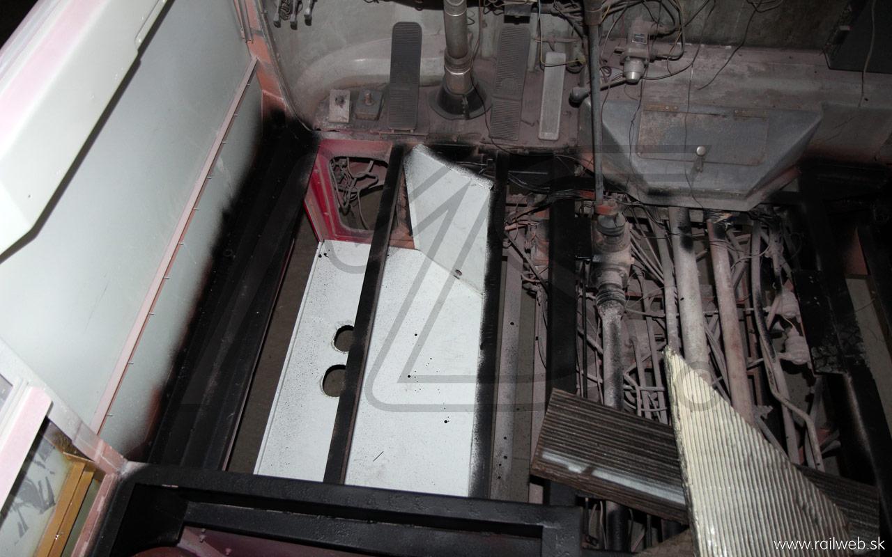 10/2013 - Na tomto zábere vidno to, čo je pod podlahou pracoviska vodiča. Na ľavej strane je oplechovaná schránka, do ktorej sa umiestni nezávislé kúrenie, ktoré ohrieva vzduch na vykurovanie priestoru cestujúcich.